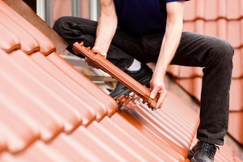 Jaka farba na dach sprawdzi się przy renowacji starego pokrycia?
